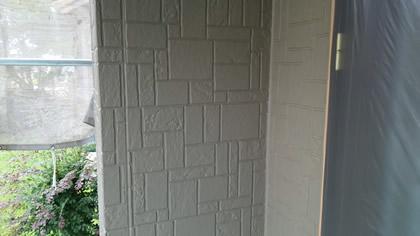 シーラー塗装後、目地や凸凹の部分を2回塗った状態