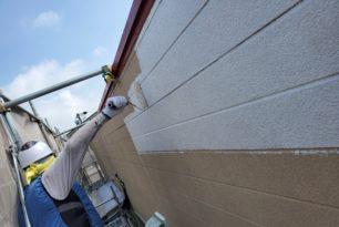 外壁下塗り塗装作業中