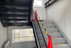 アパート階段、手すり塗装